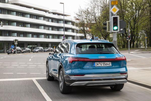 Audi circulando frente a un semáforo en Ingolstadt